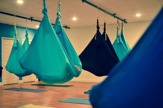 Na afloop van een les aerial yoga is het heerlijk ontspannen in de hangmat