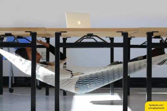 dutje op kantoor in de Schnapp hangmat