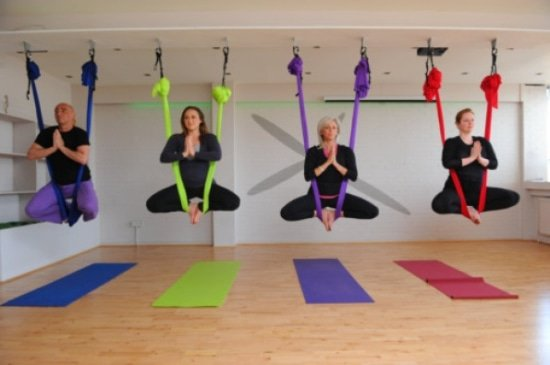 Aerial yoga is yoga in een hangmat